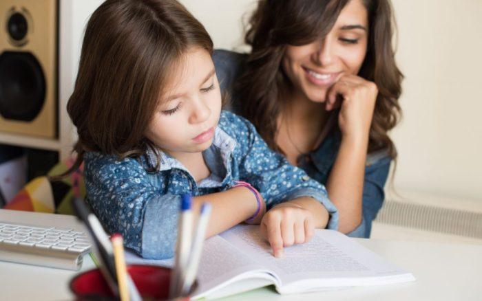Πρέπει ο γονιός να «διαβάζει» το παιδί; Ωφελούν ή όχι οι πολλές εργασίες;